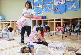 保育教諭の一日、2 号3 号認定園児お昼寝起床介助