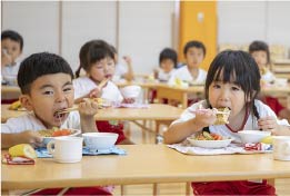 保育教諭の一日、給食介助